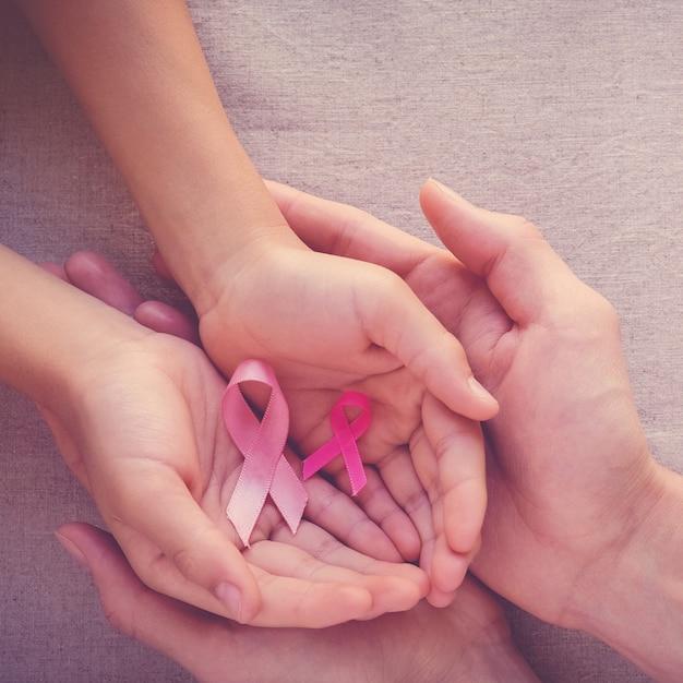 Adulto e criança, mãos, segurando, cor-de-rosa, fitas Foto Premium