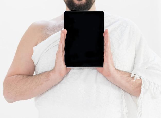 Adulto hajj segurando tablet Foto Premium
