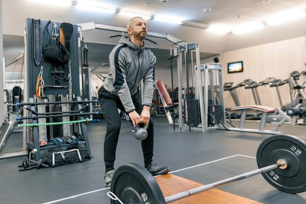 Adulto homem barbudo bonito fazendo exercícios físicos Foto Premium