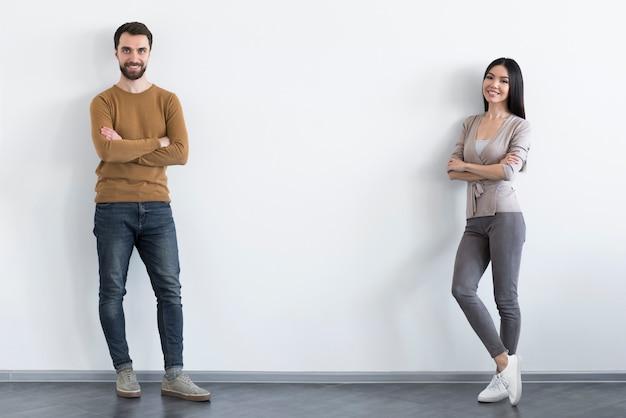 Adulto homem e mulher posando juntos Foto gratuita