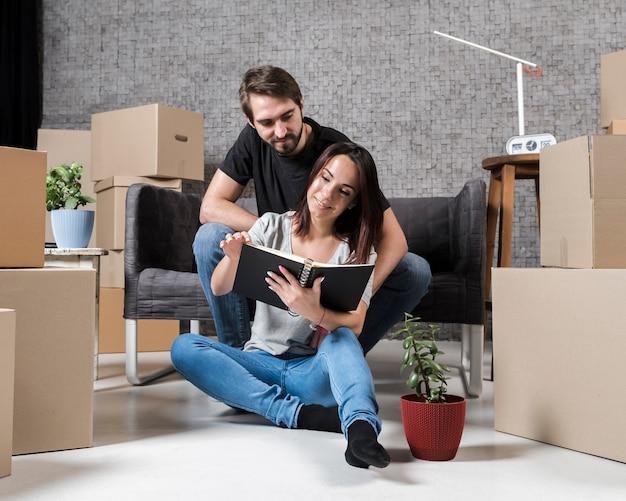 Adulto homem e mulher se preparando para mover Foto gratuita