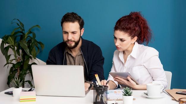 Adulto homem e mulher trabalhando juntos Foto gratuita