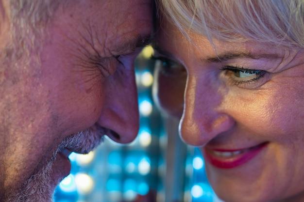 Adultos em close-up, olhando um ao outro Foto gratuita