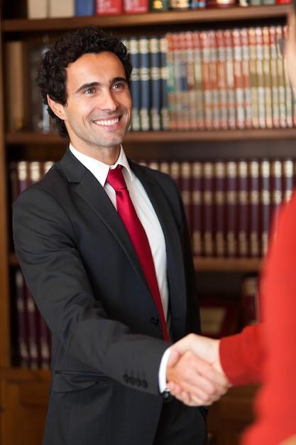 Advogado, apertando as mãos com um cliente Foto Premium