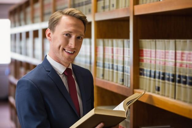 Advogado bonito na biblioteca de direito Foto Premium