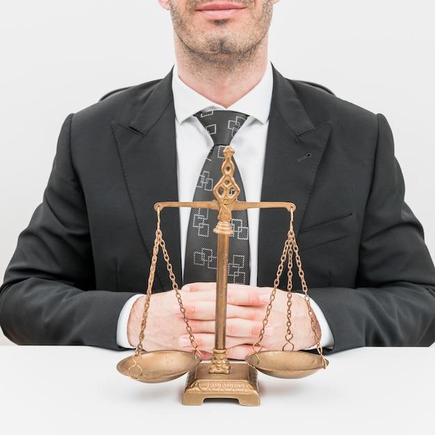 Advogado com balanças Foto gratuita