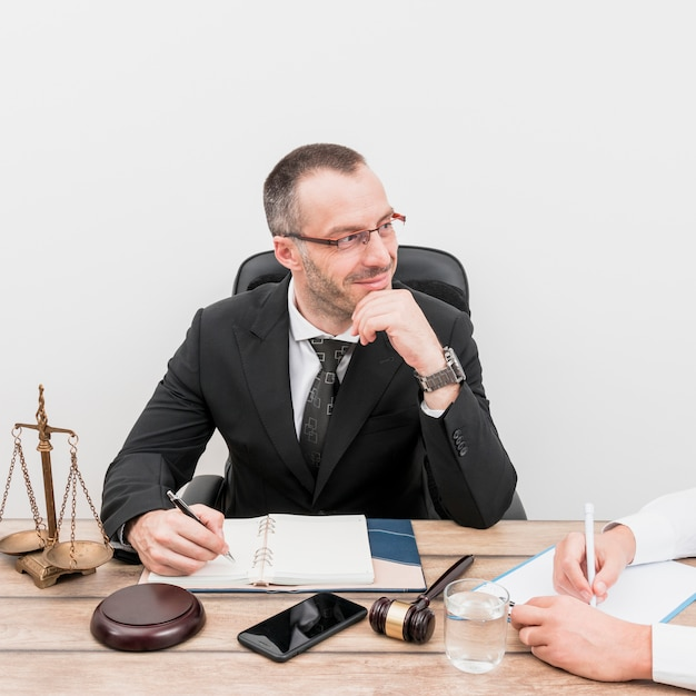 Advogado com cliente Foto gratuita