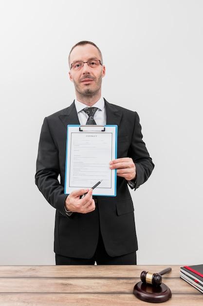 Advogado com documentos Foto gratuita
