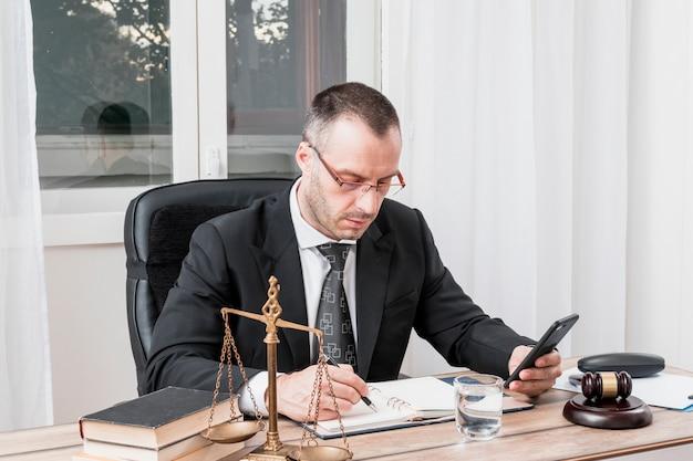 Advogado com smartphone Foto Premium