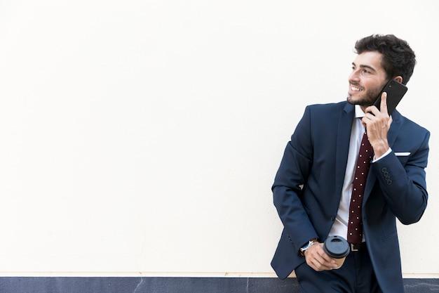Advogado de tiro médio com café e smartphone Foto gratuita