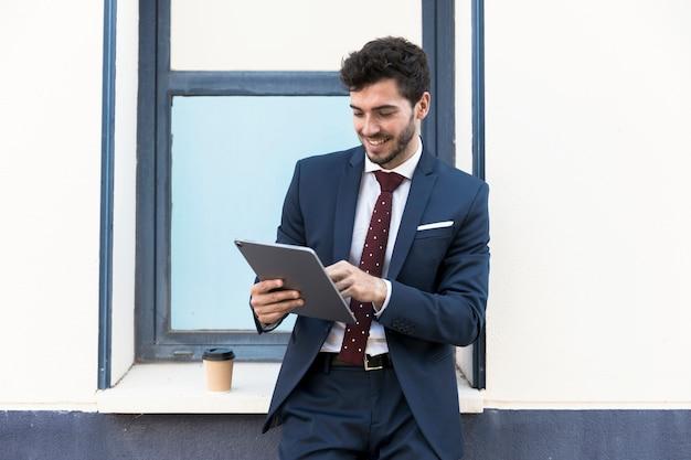 Advogado de vista frontal, olhando para o seu tablet Foto gratuita