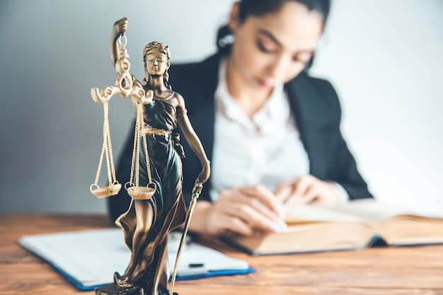 Advogado estudando direito Foto Premium