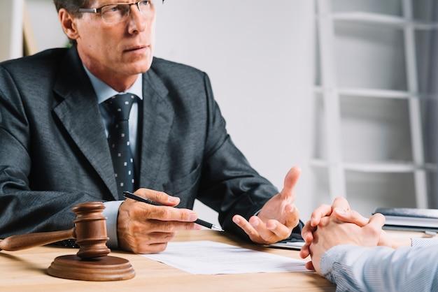Advogado explicando situação legal para seus clientes Foto Premium