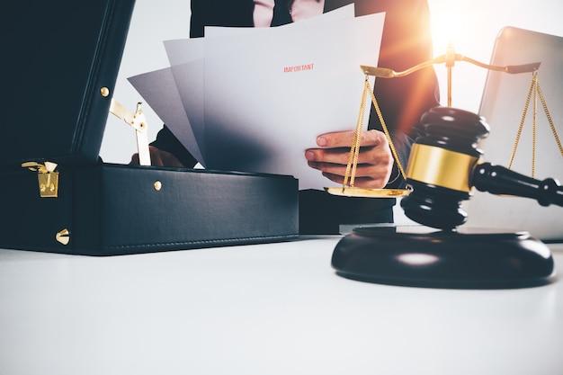 Advogado jovem abriu bolsa preta com papel Foto Premium