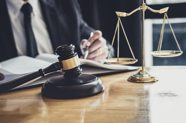 Advogado masculino ou juiz trabalhando com documentos de contrato Foto Premium