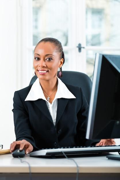 Advogado no escritório sentado no computador Foto Premium