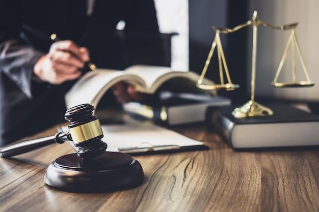 Advogado ou conselheiro de juízes trabalhando com contrato no tribunal. Foto Premium