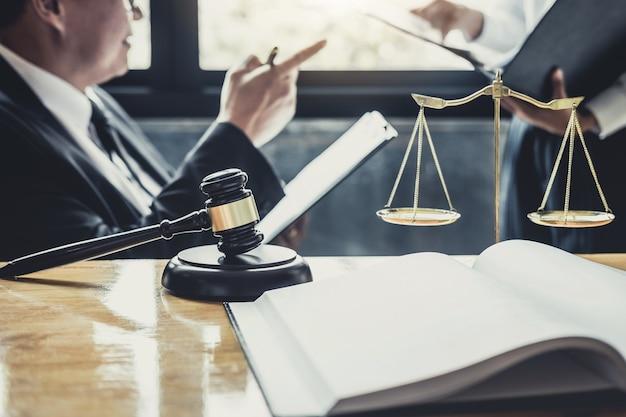 Advogado ou conselheiro que trabalha em uma sala de tribunal tenha a reunião com o cliente é consulta Foto Premium