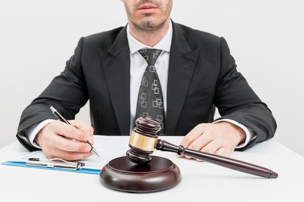Advogado preenchendo documentos Foto gratuita
