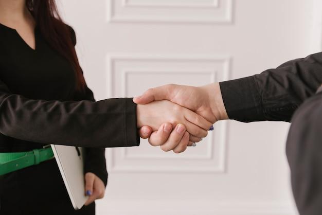 Advogado, segurando as mãos de perto Foto gratuita