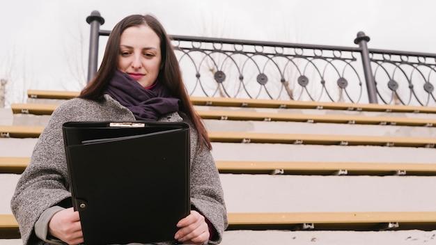 Advogado sentado ao ar livre Foto gratuita