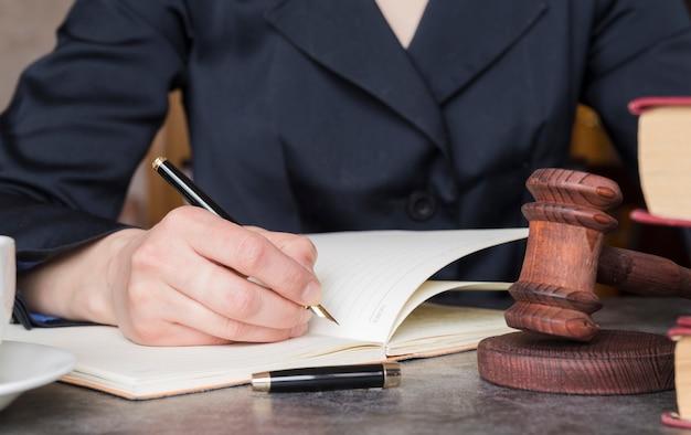 Advogado trabalhando de perto Foto gratuita