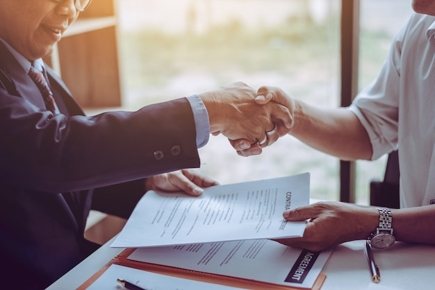 Advogados asiáticos dos advogados do sócio da idade média que agitam as mãos após ter discutido um acordo de contrato feito. Foto Premium