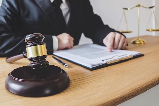 Advogados masculinos profissionais ou terapeuta trabalhando tendo no escritório de advocacia no escritório Foto Premium
