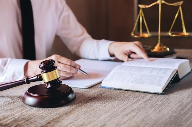 Advogados masculinos, trabalhando, tendo, em, escritório advocacia, em, escritório Foto Premium