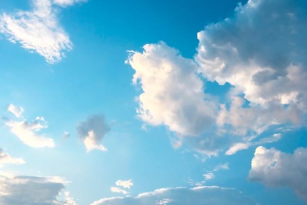 Aéreas nuvens brancas em um céu azul. Foto Premium