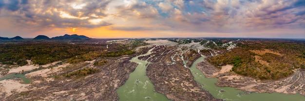 Aerial panoramic 4000 ilhas rio mekong, no laos, pôr do sol céu dramático, li phi cachoeiras, famoso destino de viagem mochileiros no sudeste asiático Foto Premium