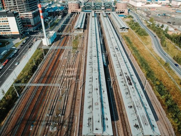 Aerialphoto depósitos de trem, trilhos, trocas e trens. são petersburgo, rússia. Foto Premium