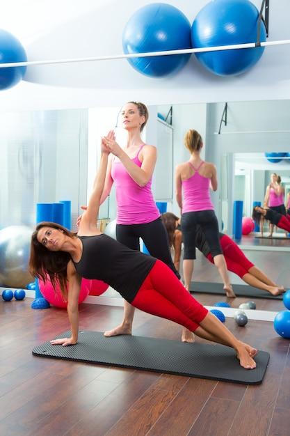 Aeróbica pilates personal trainer instrutor mulheres Foto Premium