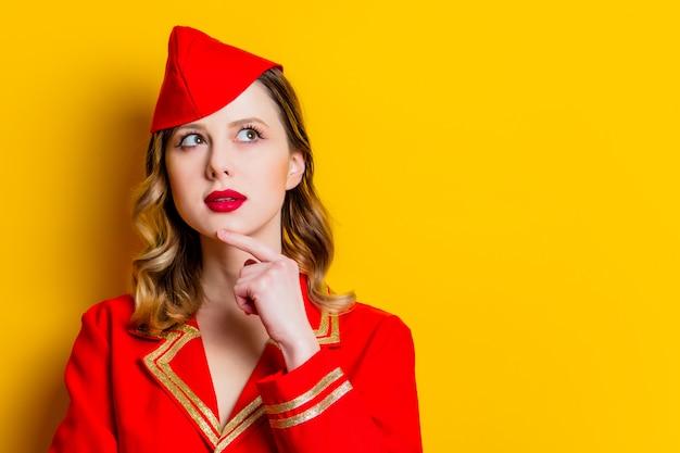 Aeromoça charmosa vintage, vestindo uniforme vermelho Foto Premium