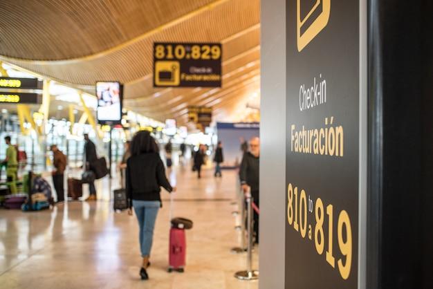 Aeroporto dentro do terminal e balcão de check-in Foto Premium