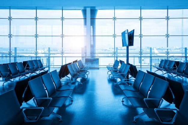 Aeroporto interno - assentos do aeroporto no grande aeroporto Foto Premium