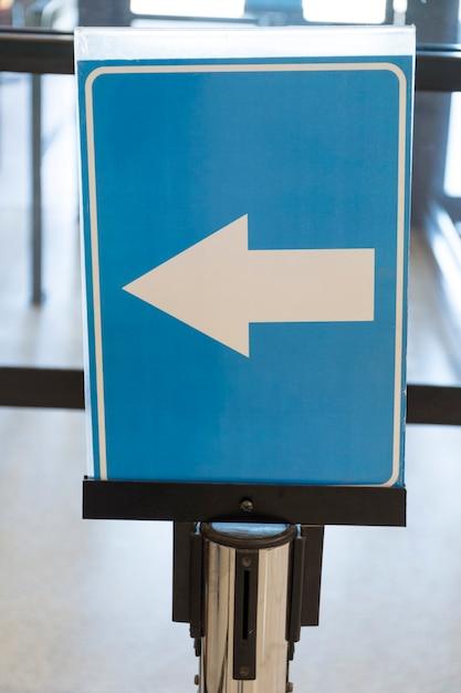 Aeroporto seta direção sinal close-up Foto gratuita