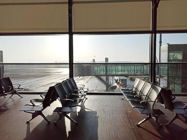 Aeroporto vazio. área de espera no aeroporto. cancelamento de atraso de vôo. conceito de viagens e férias. Foto Premium