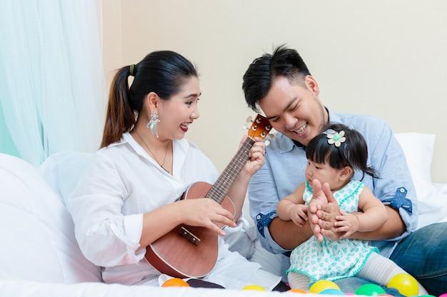 Afeto da família com o tempo de relaxamento Foto gratuita