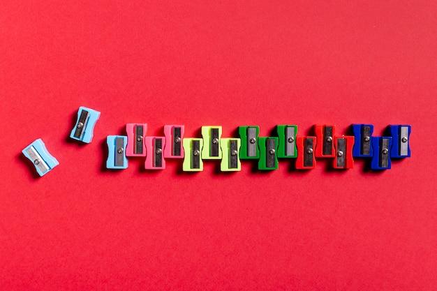 Afiadores coloridos na mesa vermelha Foto gratuita