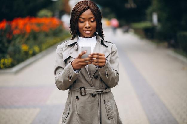 Africano-americanos e caucasianas mulheres usando telefone Foto gratuita