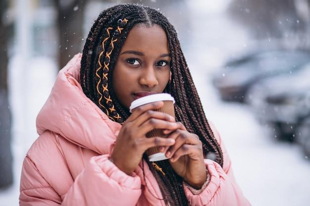 Afro-americano bebendo café em um dia de inverno Foto gratuita