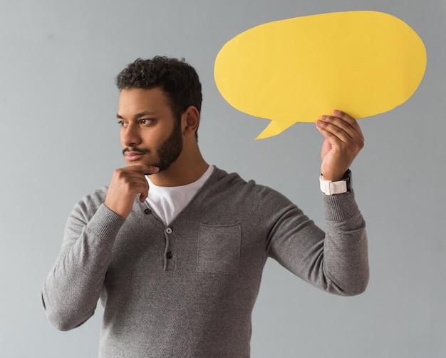 Afro-americano cara segurando uma bolha do discurso Foto Premium
