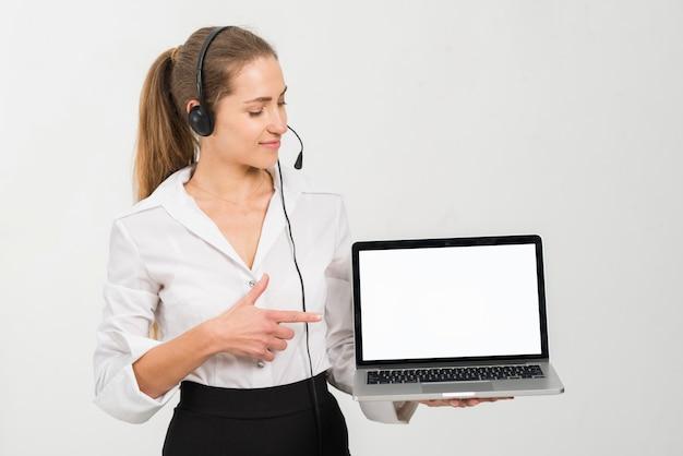 Agente de call center apresentando modelo de laptop Foto gratuita