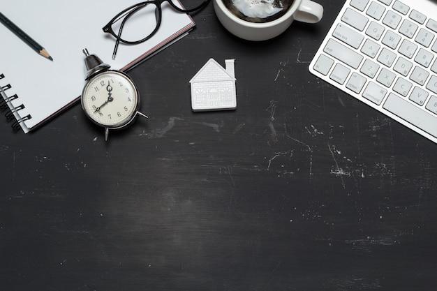 Agente de corretor de espaço de trabalho. empréstimos hipotecários. casa pequena com uma calculadora, teclado Foto Premium