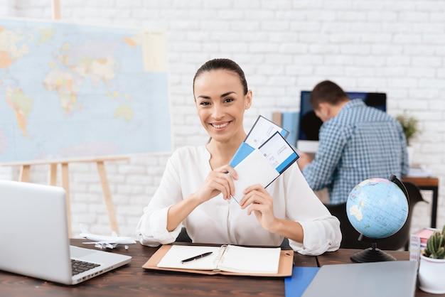 Agente de viagens com bilhetes planos. agência de turismo Foto Premium