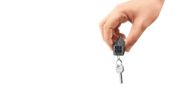 Agente imobiliário entregar as chaves da casa na mão Foto Premium