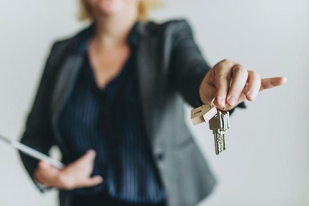 Agente imobiliário entregar as chaves Foto Premium