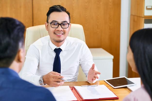 Agente imobiliário explicando detalhes do contrato Foto Premium