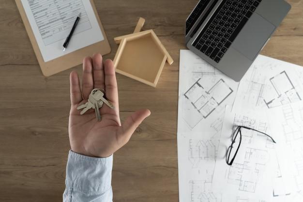 Agente imobiliário que assina um contrato sobre uma casa empréstimo imobiliário chave Foto Premium
